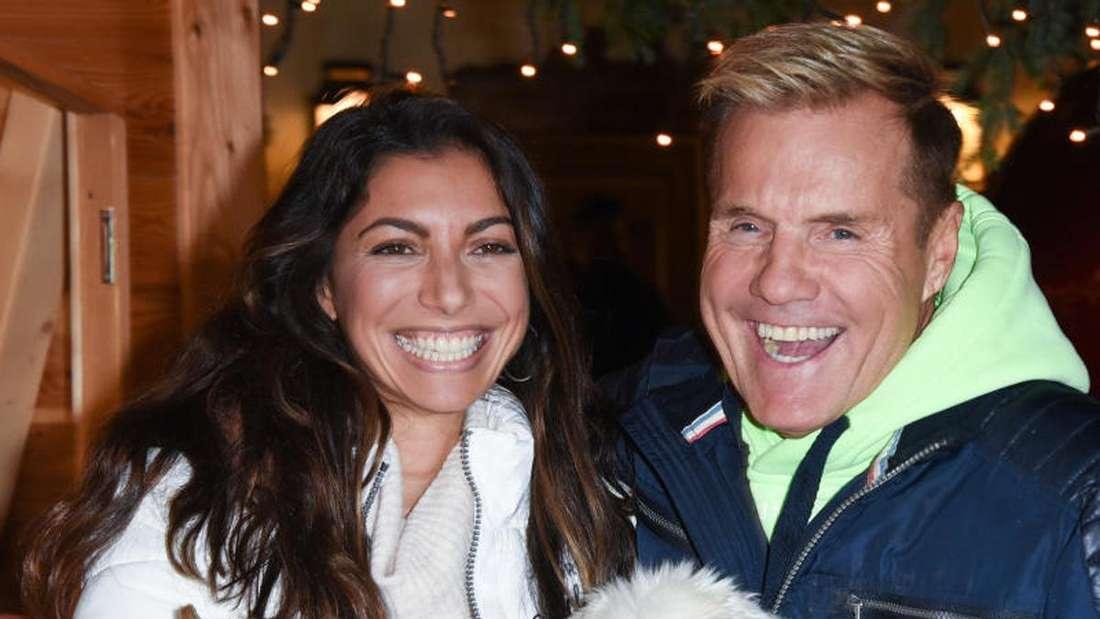Dieter Bohlen und Lebensgefährtin Carina Walz zeigen sich auf Weihnachtsmarkt auf Gut Aiderbichl mit Hunden auf dem Arm