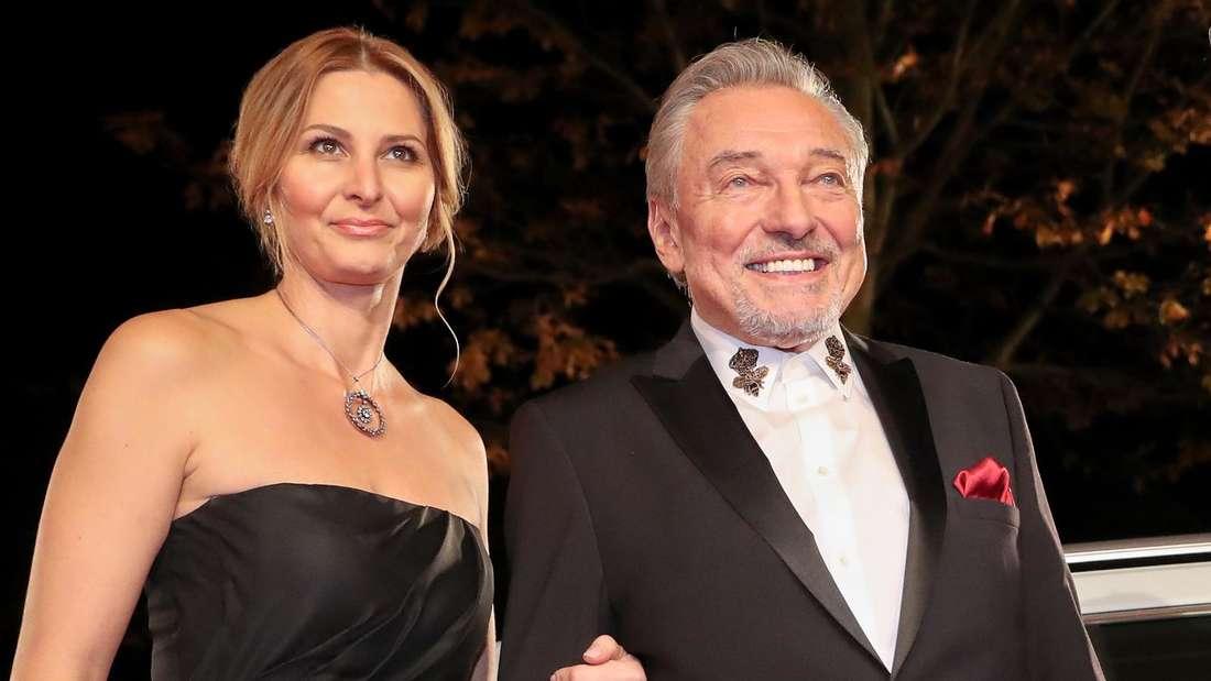 """Karel Gott mit Ivana bei der Verleihung der """"Goldenen Henne"""""""