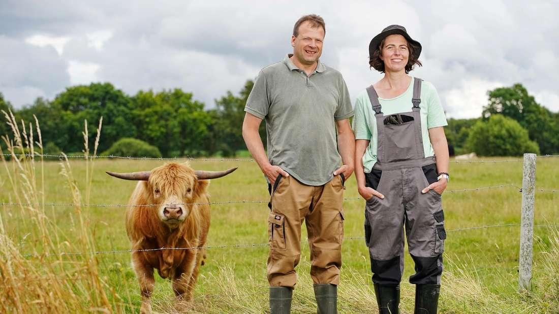 Rinderzüchter Andy (43) aus Schleswig-Holstein und Maya (38) aus Portugal während ihrer gemeinsamen Hofwoche.