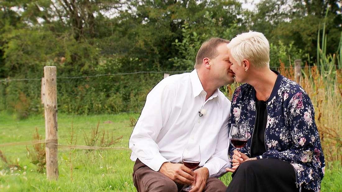 Rinderzüchter Andy und Nicole gestehen sich am Ende der Hofwoche, dass sie sich ineinander verliebt haben.
