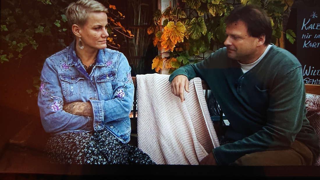 Nicole schaut im Gespräch mit Andy den Landwirt wütend an