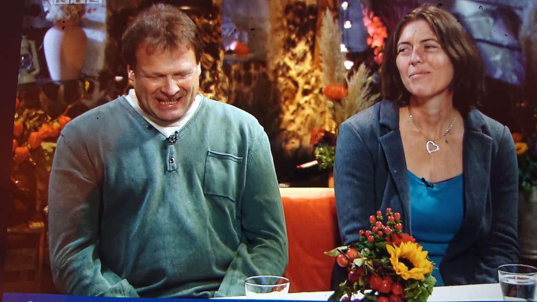 Andy und Maya sitzen neben einander und besprechen die Lage