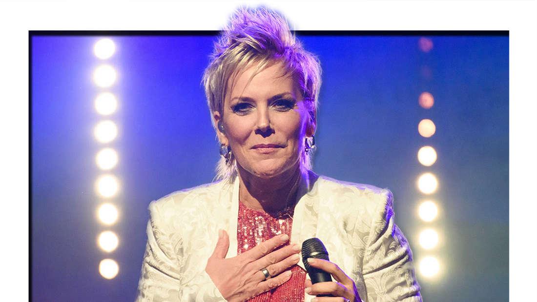 """nka Bause, Sängerin und Moderatorin, steht während des ersten Konzertes ihrer Tour """"Lebenslieder"""" im Nikolaisaal auf der Bühne. (Fotomontage)"""