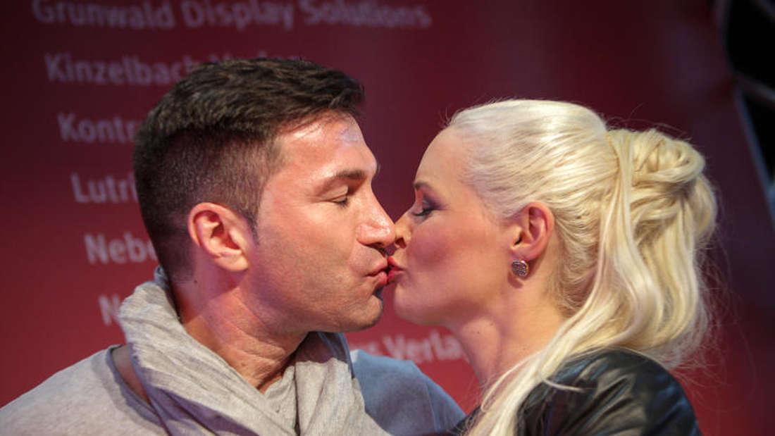 Daniela Katzenberger und Lucas Cordalis küssen sich auf der Frankfurter Buchmesse