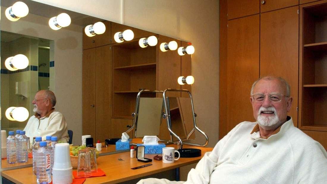 Roger Whittaker sitzt vor einem Auftritt in seiner Garderobe