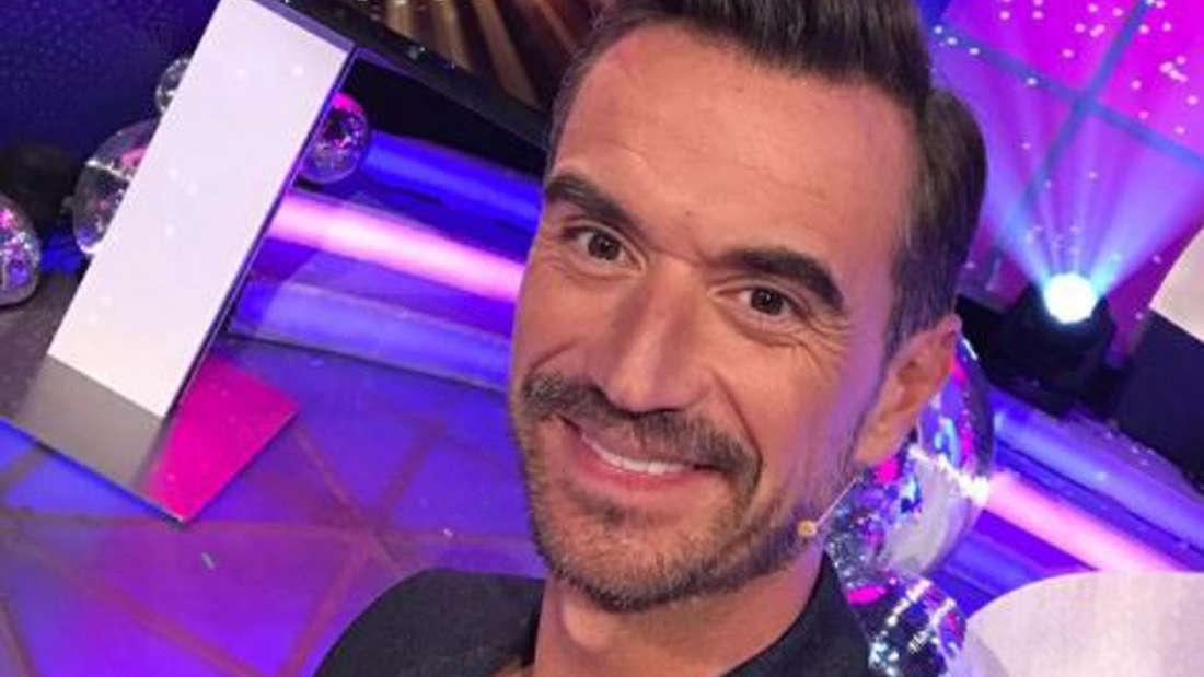 """Florian Silbereisen grüßt seine Fans aus dem Studio vor der MDR-Show """"Die Schlager des Jahres""""."""