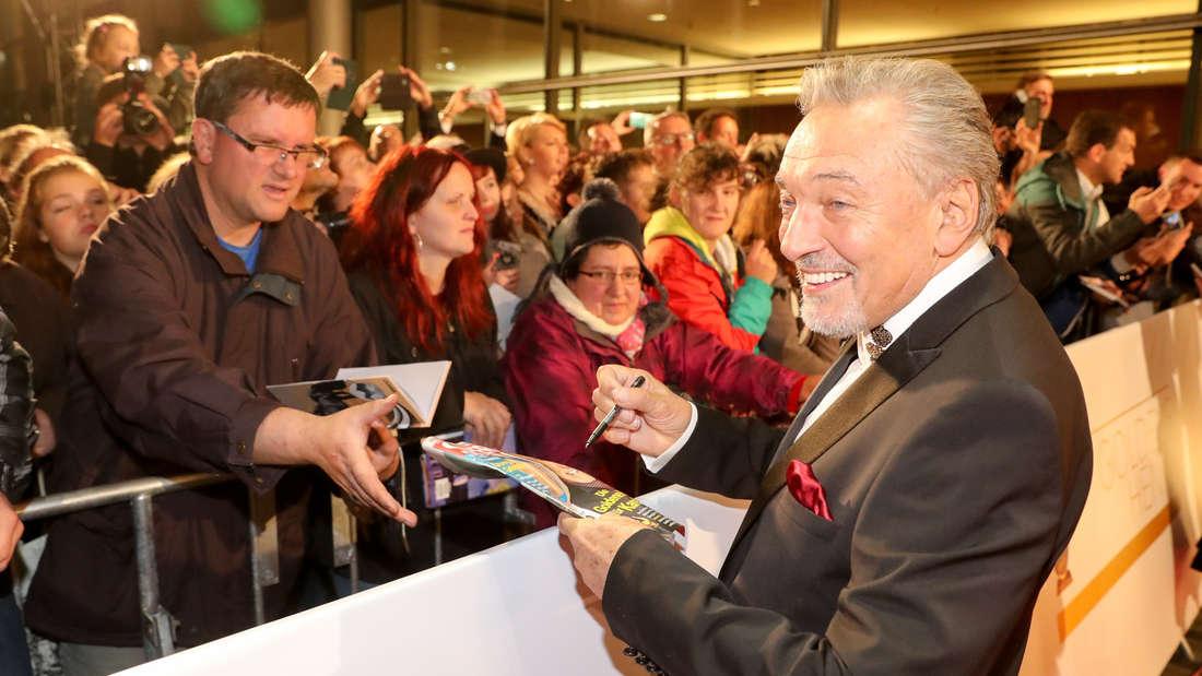 Karel Gott gibt Fans Autogramme