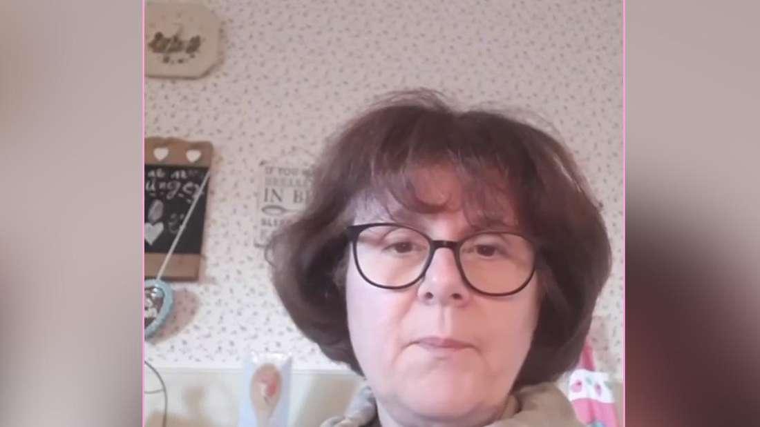 Iris Abel sitzt in ihrem Wohnzimmer und ruft ihre Fans zum Spenden für Kinder auf.