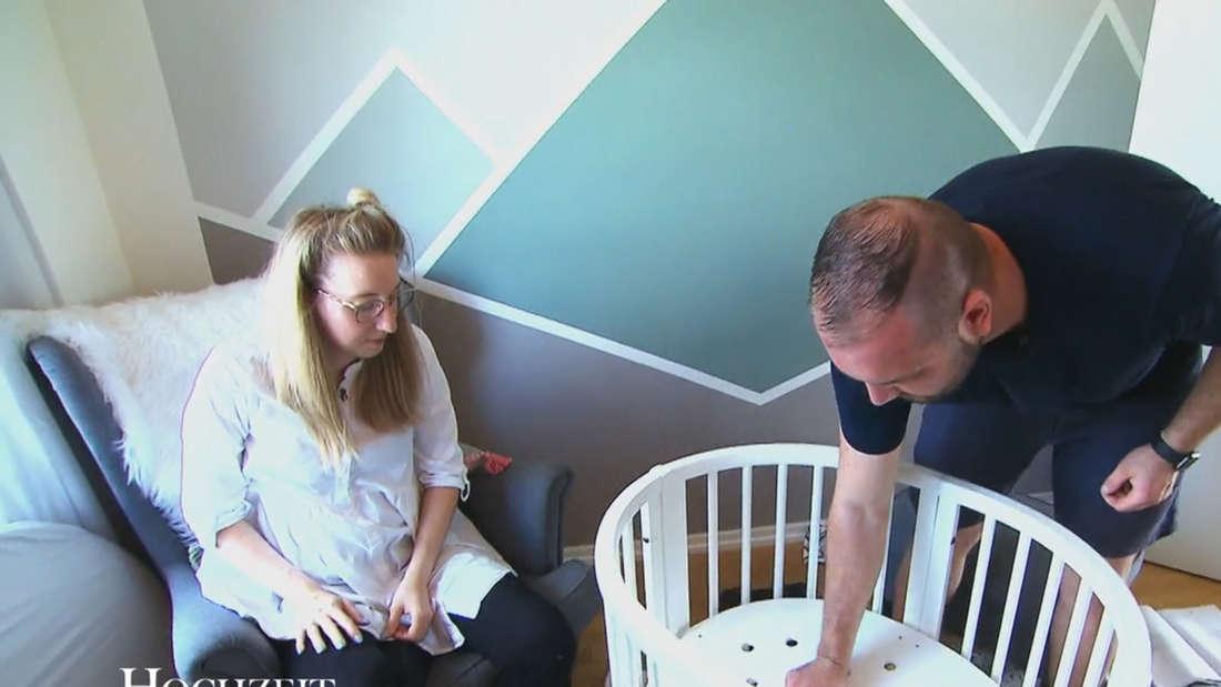 Melissa und Philipp bauen gemeinsam das Bett für ihr Baby auf.