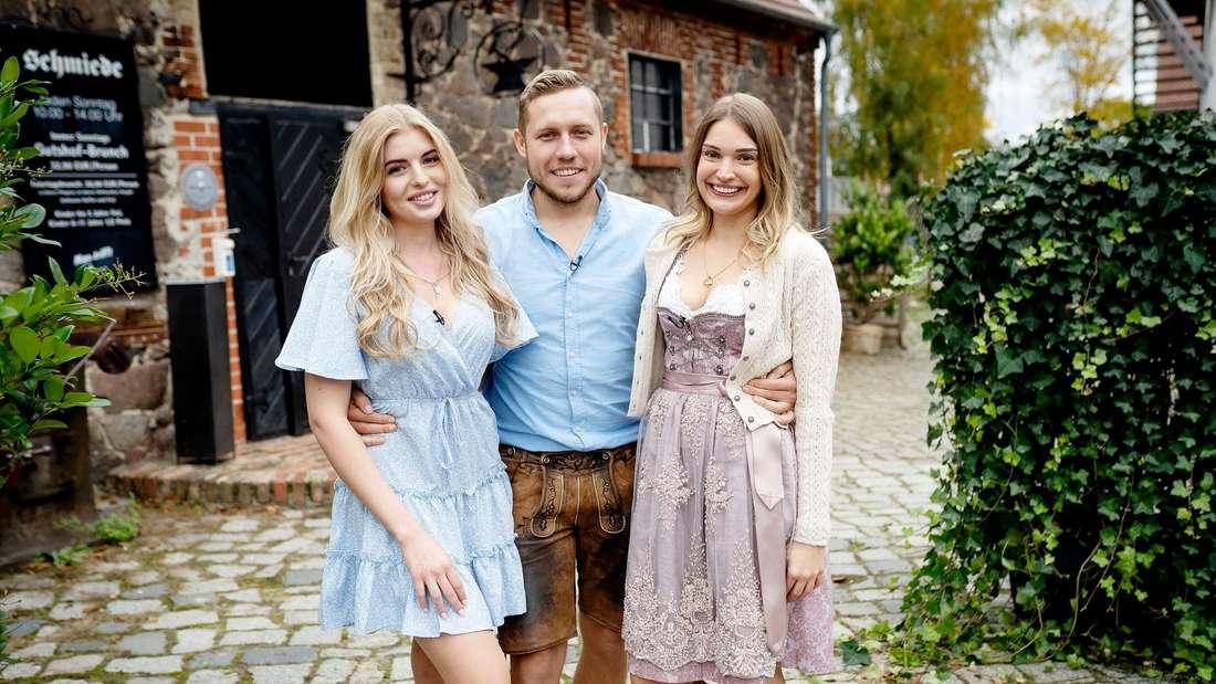 Bauer sucht Frau: Patrick in der Mitte, legt seine Arme um Antonia und Julia