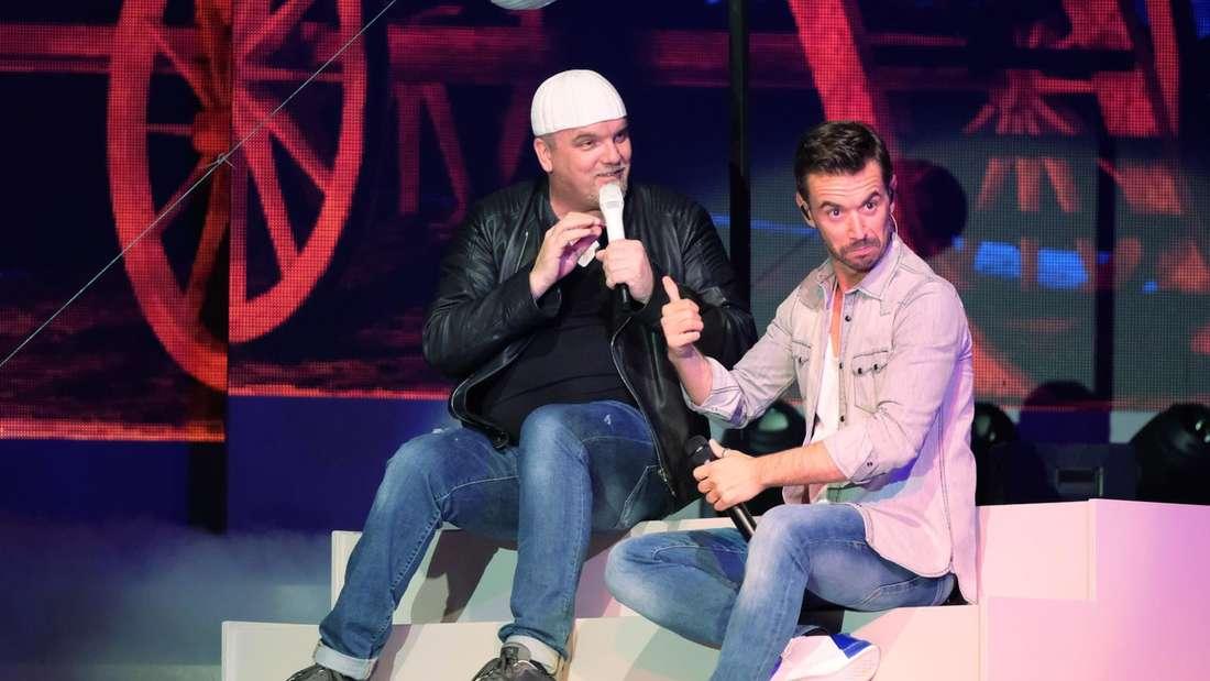 Florian Silbereisen und DJ Ötzi sitzen gemeinsam auf einer Show-Treppe