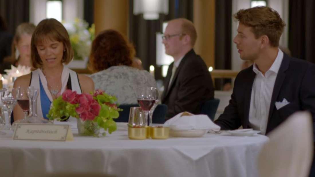 Dennis Berger und Annika Keller sitzen am Tisch an Bord des Traumschiffs