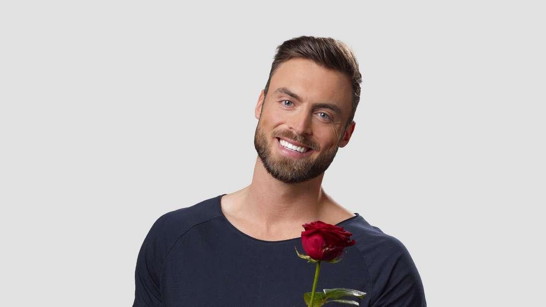 """Niko Griesert verteilt 2021 bei """"Der Bachelor"""" (RTL) die Rosen."""