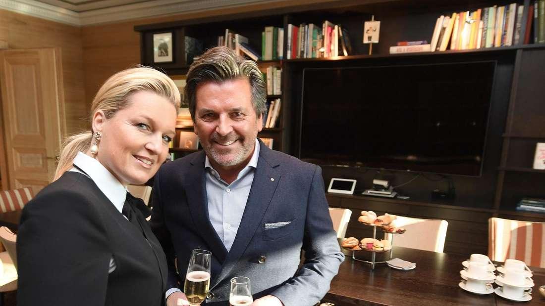 Thomas Anders stößt mit seiner Frau und einem Glas Sekt an