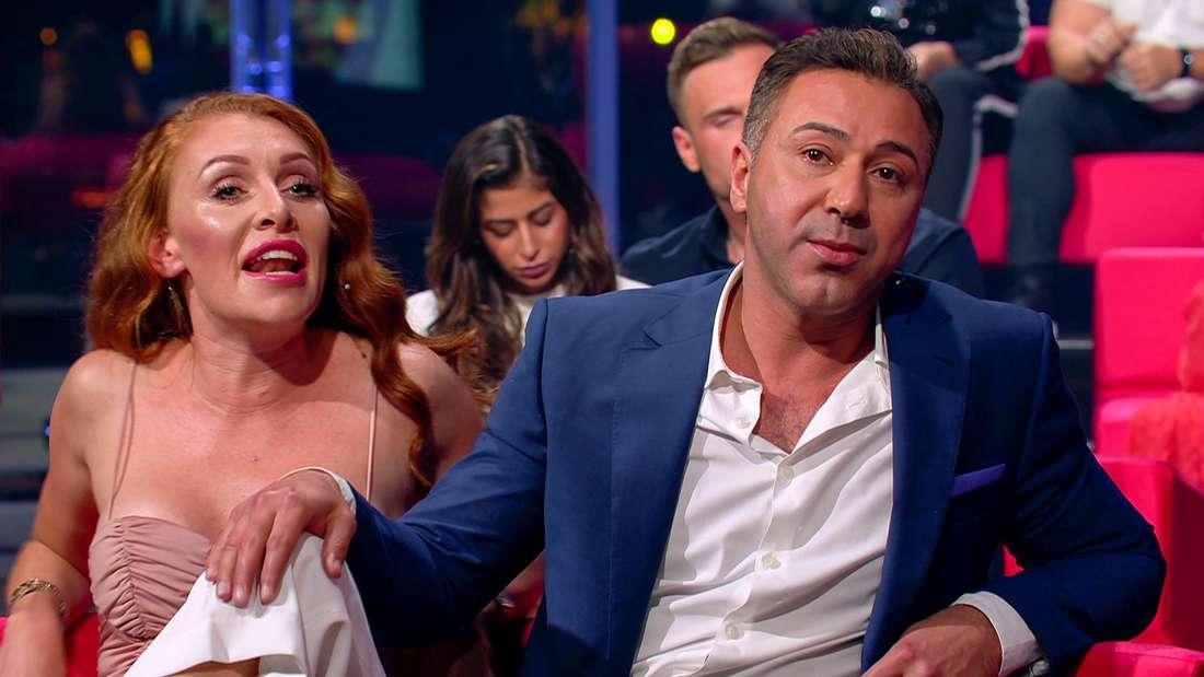 """Georgina Fleur und Kubilay Özdemir sitzen beim """"Wiedersehen"""" vom """"Sommerhaus der Stars"""" auf der Couch und disktutieren."""