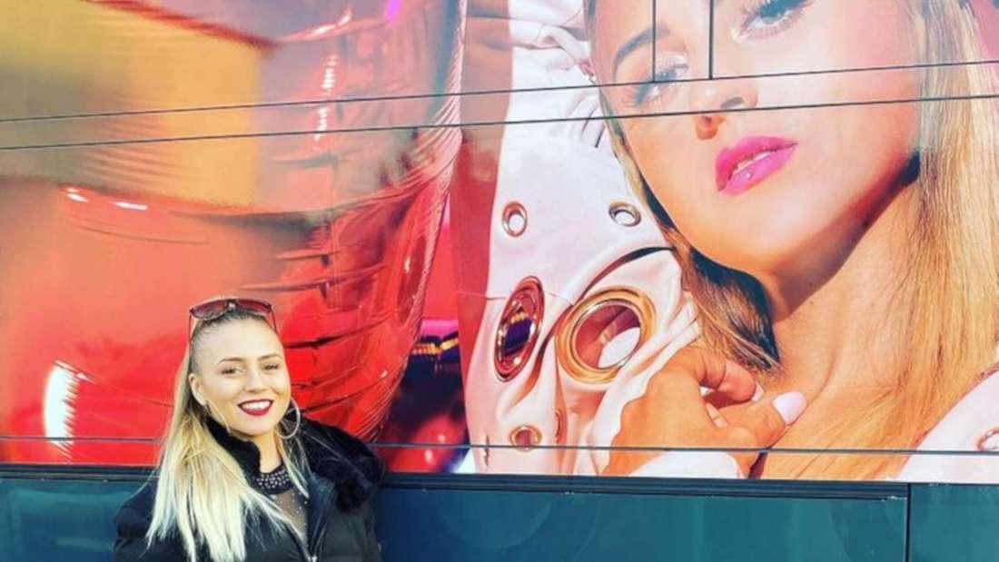 Alena Wiedmann lehnt gegen ein Plakat mit ihrem Foto