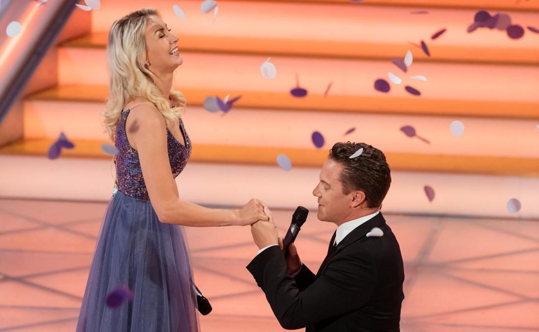Stefan Mross macht Anna-Carina Woitschack einen Heiratsantrag in der Show