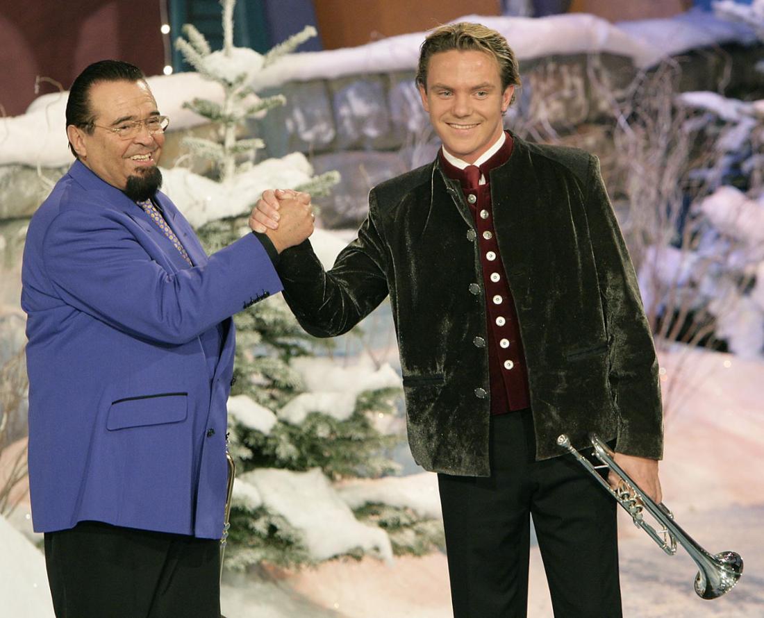 Stefan Mross und Alexandre Malempré geben sich auf der TV-Bühne die Hand