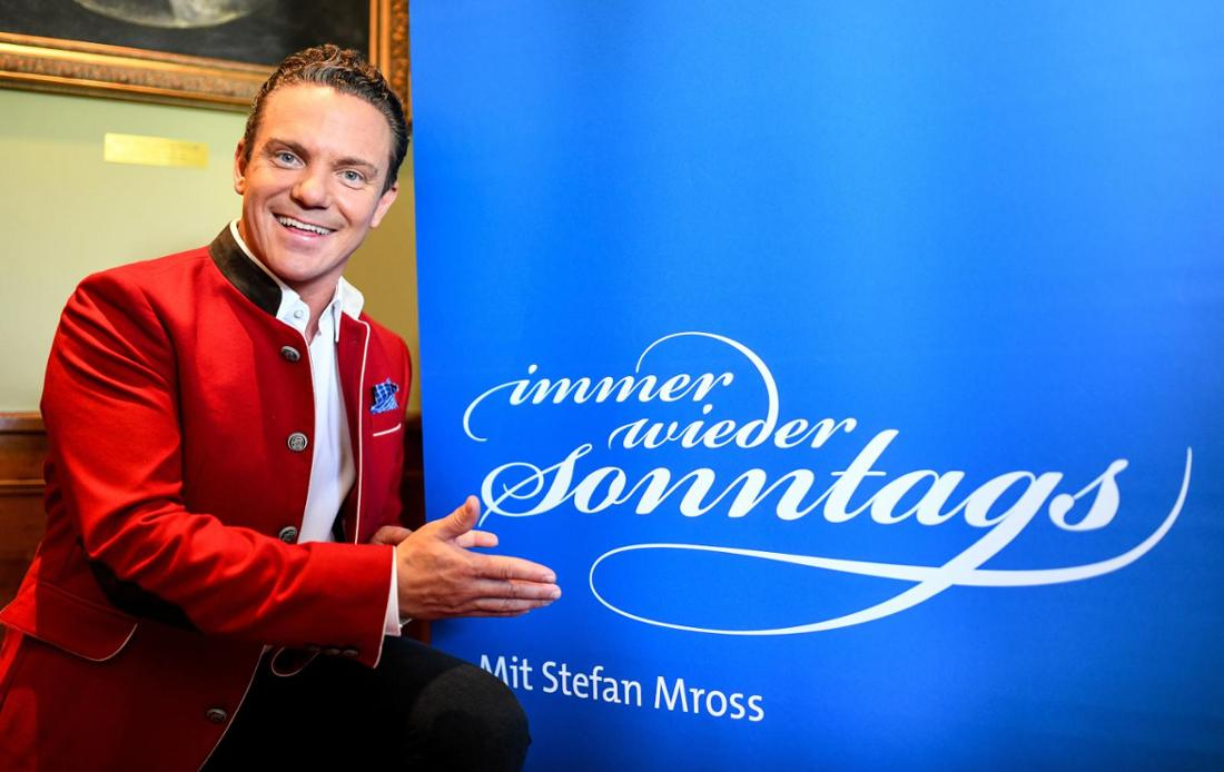 """Stefan Mross zeigt auf ein """"Iws"""" Plakat"""