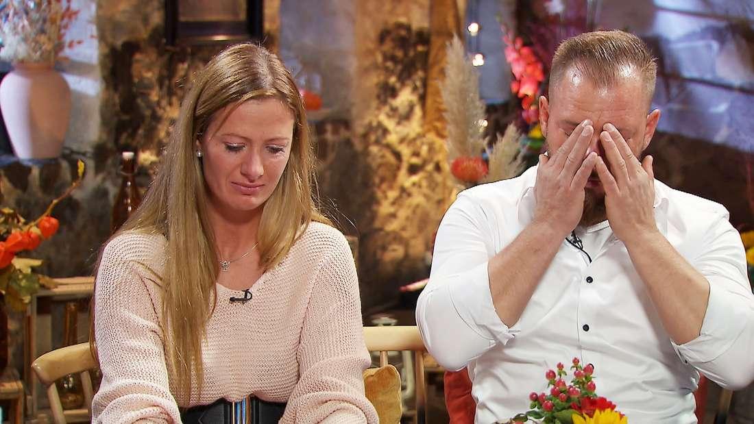 Denise und Sascha, sie in Tränen, er verschlägt die Hände vor dem Gesicht.