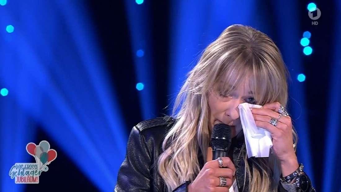 Christin Stark trocknet sich die Tränen.