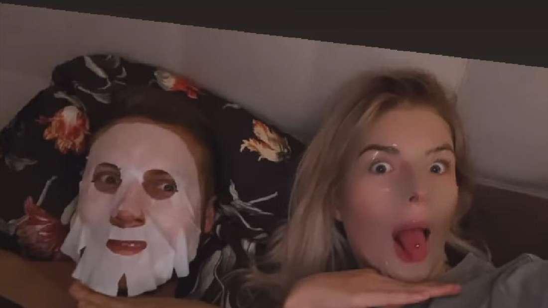"""Patrick und Antonia von """"Bauer sucht Frau"""" liegen mit Gesichtsmasken im Bett."""