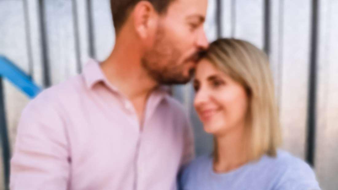 """Das """"Bauer sucht Frau""""-Traumpaar Anna und Gerald Heiser mit einem Ultraschallfoto ihres ersten gemeinsamen Babys"""