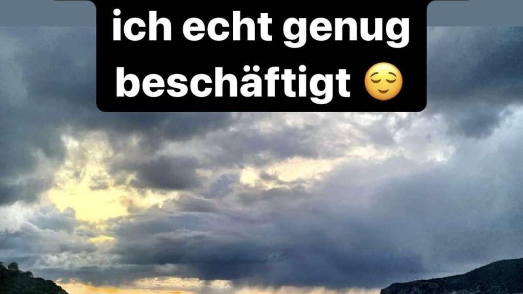 Junge Asylbewerberin bläst zum ersten mal in Deutschland