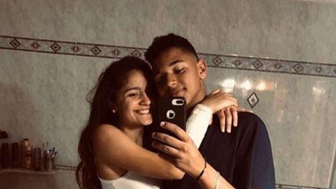 Jada Karabas macht mit ihrem Freund ein Selfie im Badezimmerspiegel