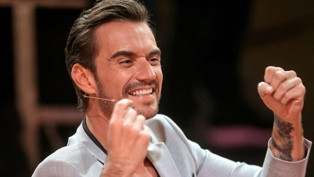 Florian Silbereisen macht eine Sieger-Pose in einer TV-Show