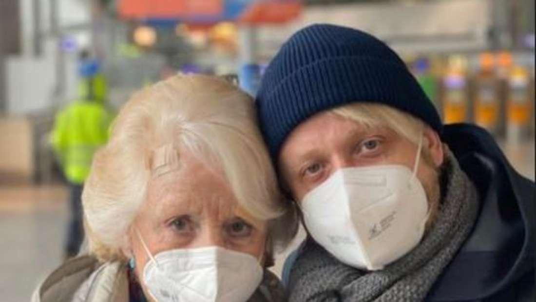 Schlagerstar Ross Antony steht gemeinsam mit seiner Mutter am Flughafen und posiert für ein Foto