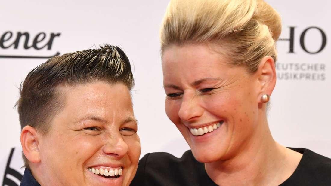 Kerstin Ott und Karolina Köppen lachen zusammen