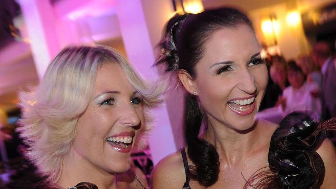 Anita und Alexandra Hofmann lächeln bei einer Veranstaltung