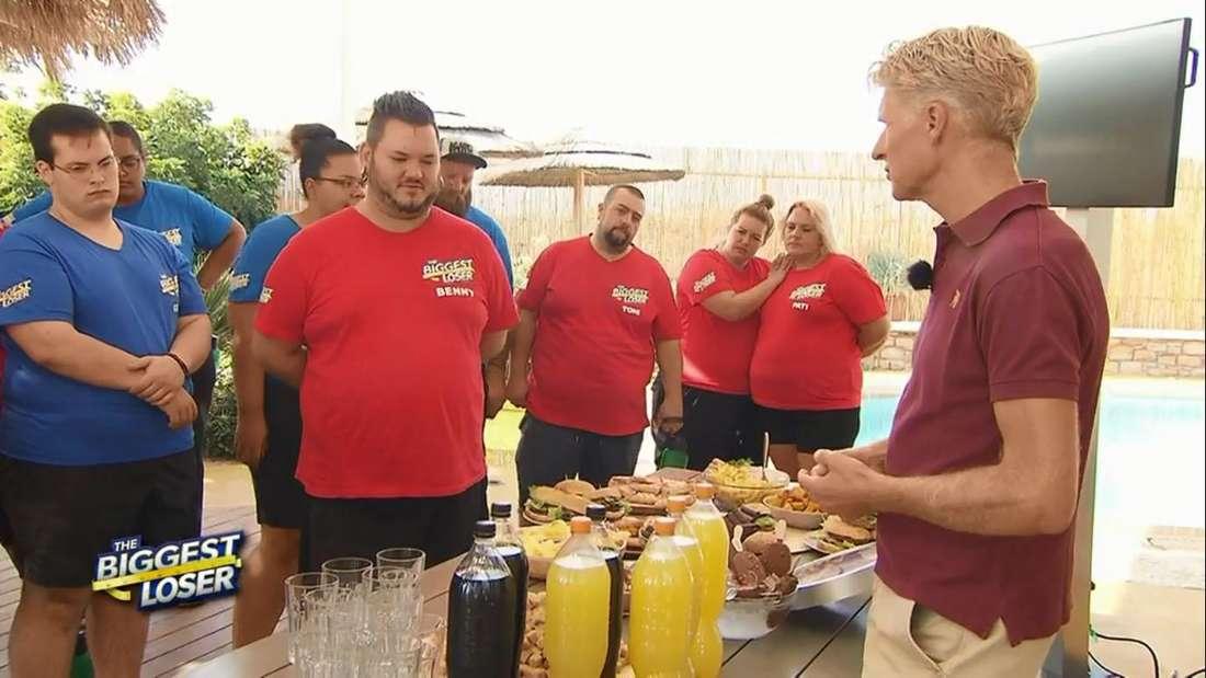 """Dr. Christian Westerkamp zeigt den """"The Biggest Loser""""-Kandidaten wie viel ungesundes Essen sie am Tag zu sich nehmen."""