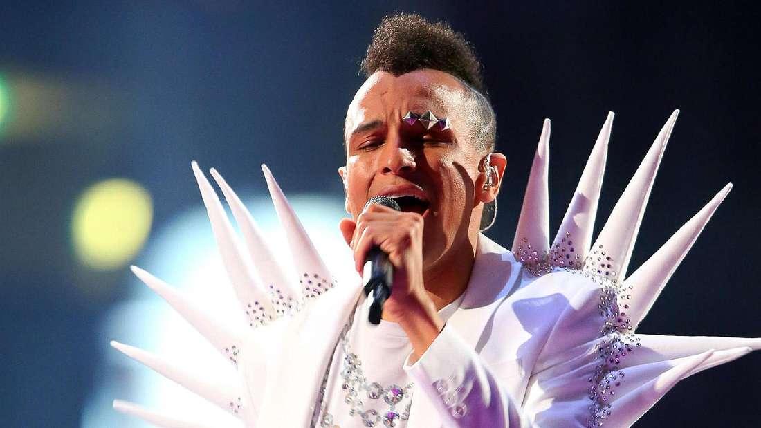 Spitzbube Prince Damien hat alles was ein Popstar braucht: Schrilles Outfit, mit gepiercten Augenbauen eine Besonderheit und eine gute Stimme.
