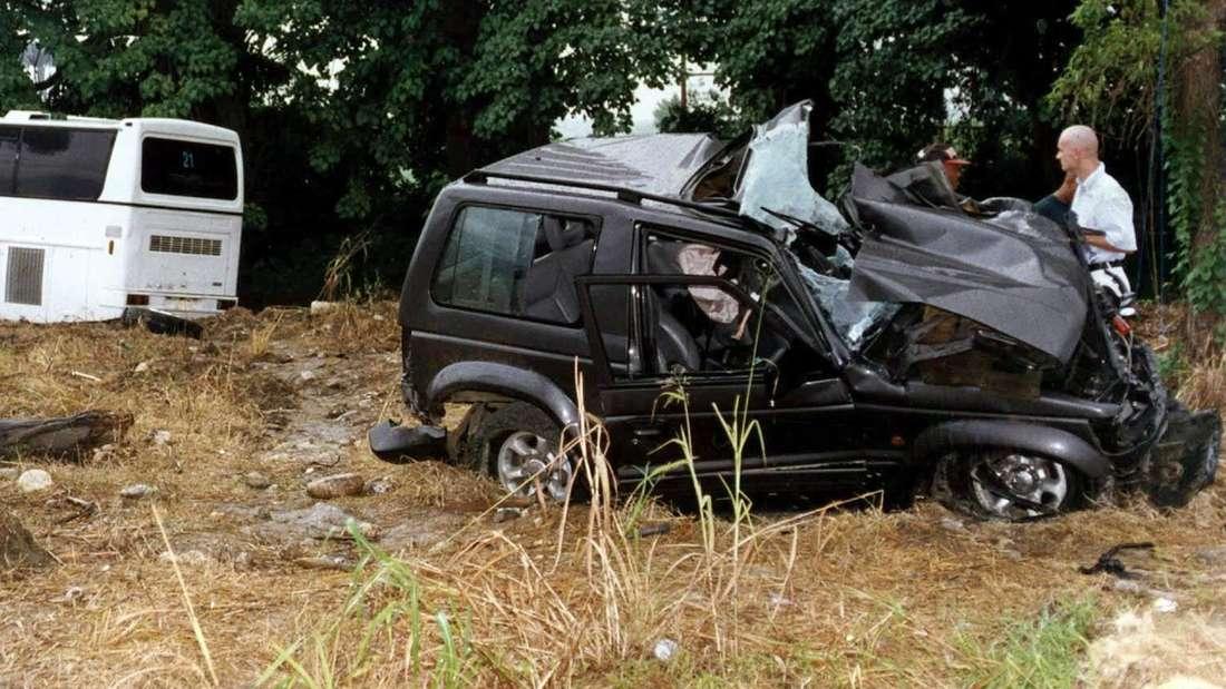Der völlig demolierte Jeep (r) von Falco wird nach dem Frontalzusammenstoß mit einem Bus (l) bei Puerto Plata in der Dominikanischen Republik untersucht.