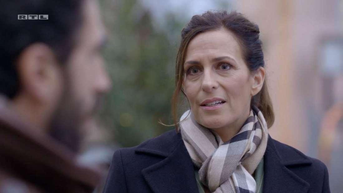 Katrin im Gespräch mit Tobias, sie sieht unsicher und leicht verzweifelt aus