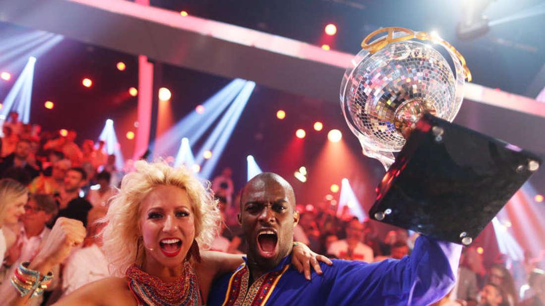 """Hans Sarpei und Profitänzerin Kathrin Menzinger freuen sich im Finale der RTL-Tanzshow """"Let's Dance"""" über den Sieg."""