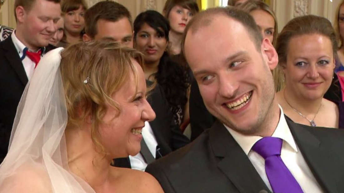 """Tim und Bea Kirschbaum bei ihrer Trauung. Die Düsseldorfer sind das erste Ehepaar in der Geschichte von """"Hochzeit auf den ersten Blick""""."""