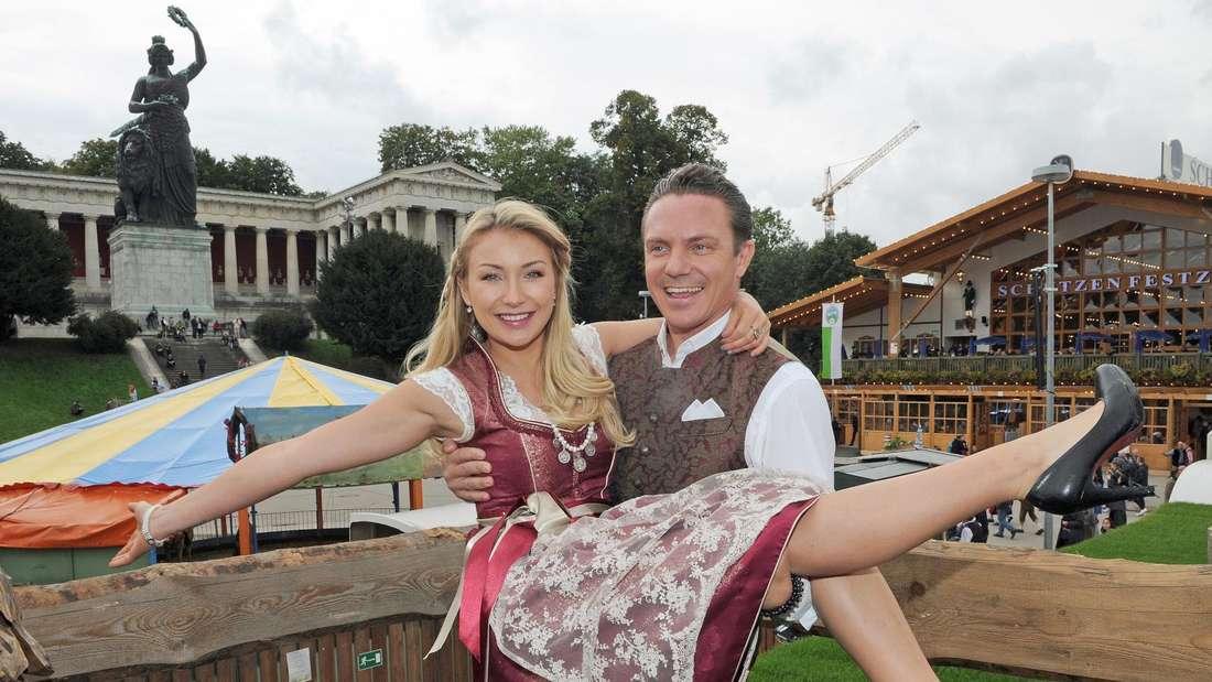 Stefan Mross hält Anna-Carina Woitschack im Dirndl auf den Armen