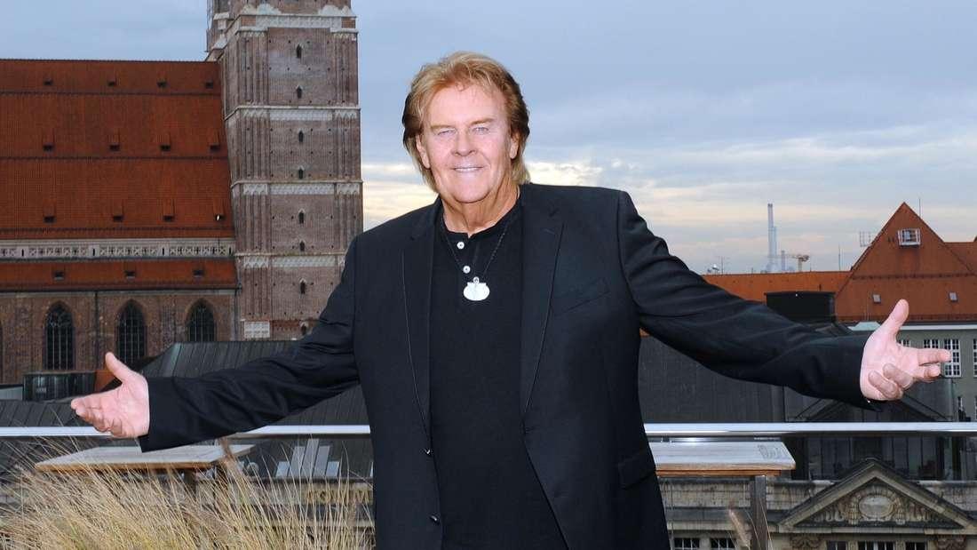 Howard Carpendale steht auf der Terrasse des Bayerischen Hof in München