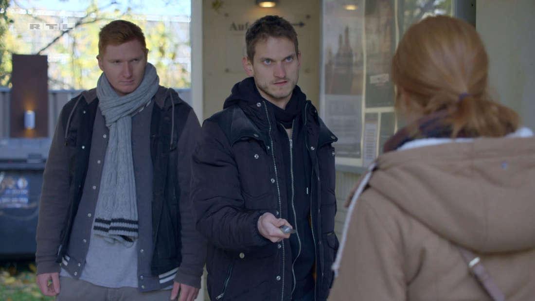 Toni wird von zwei fremden Männern mit einem Messer bedroht