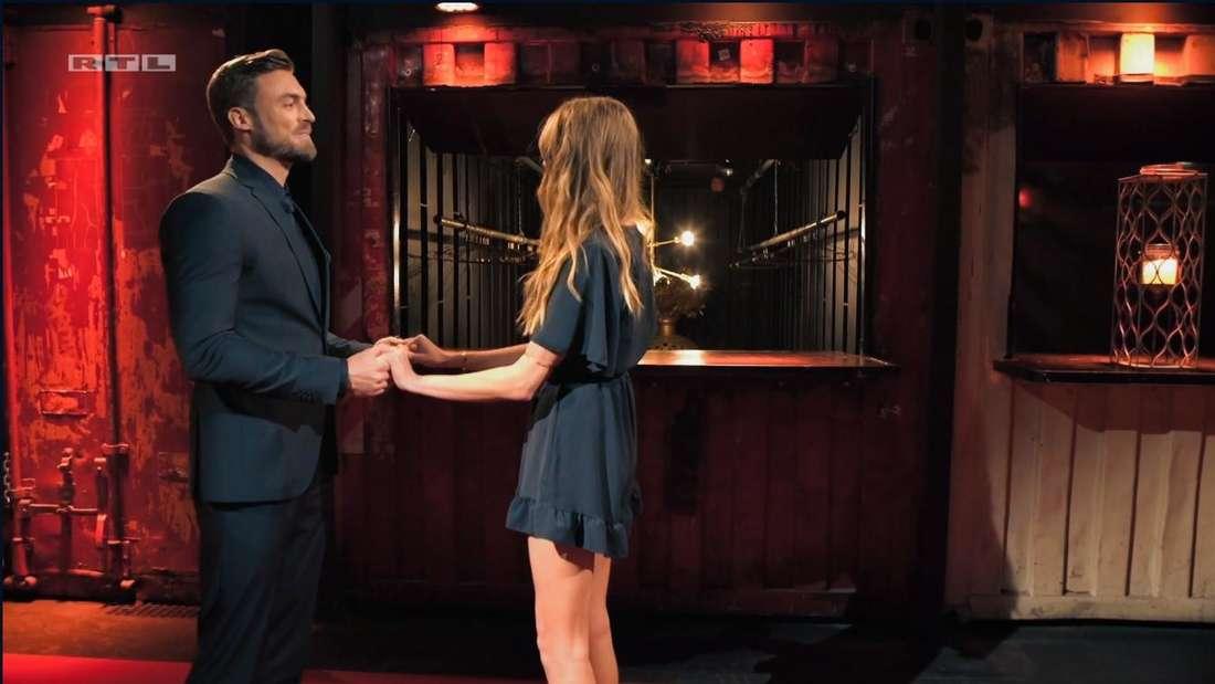 Bachelor Niko Griesert und Michelle halten sich an den Händen und blicken sich in die Augen
