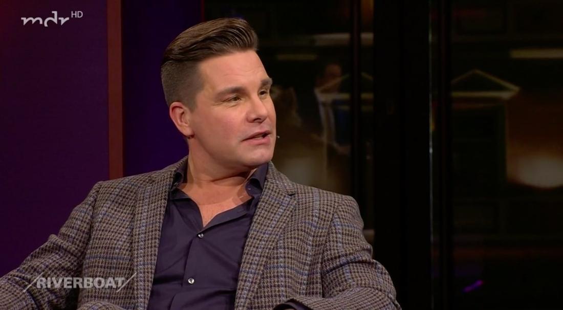 Schlagersänger Eloy de Jong spricht in der MDR-Talkshow Riverboat unter anderem über seine schwere Kindheit und das erste Kennenlernen mit seinem jetzigen Ehemann Ibo.