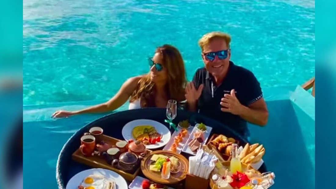 Dieter Bohlen und Carina im Urlaub beim Frühstück.