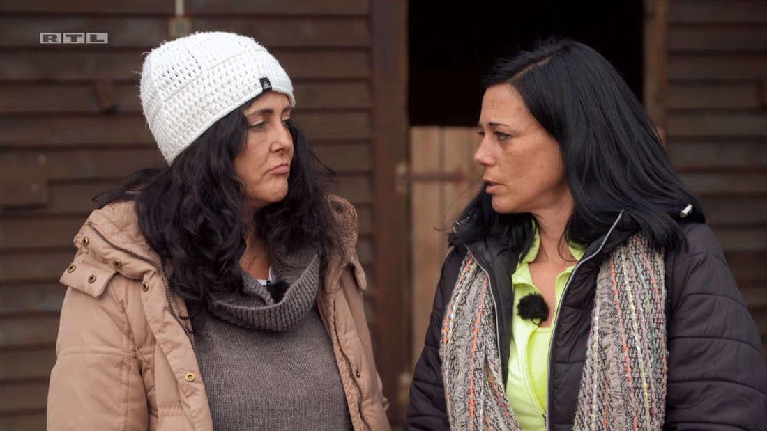 Bianca und Irene schauen sich an