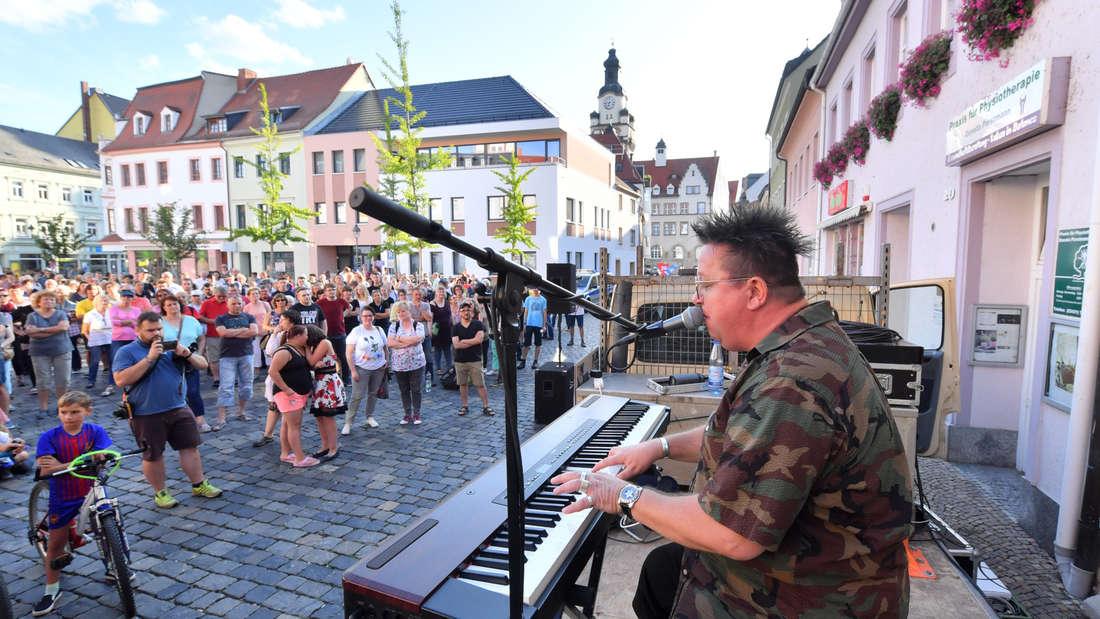 Sebastian Krumbiegel am Keyboard auf einem Marktplatz