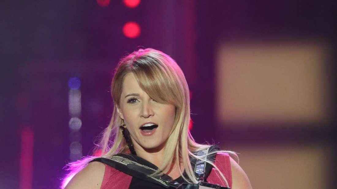Melissa Naschenweng  mit Akkordeon in einer TV-Show