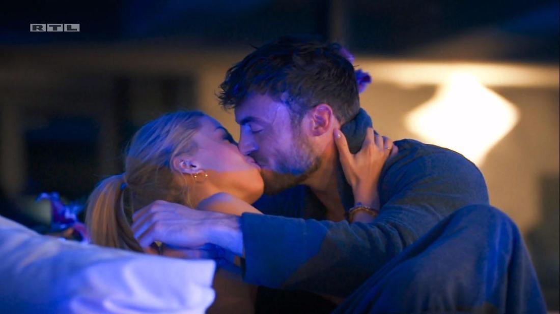 Der erste Kuss der diesjährigen Bachelor-Staffel: Denise und Niko beim Einzeldate.