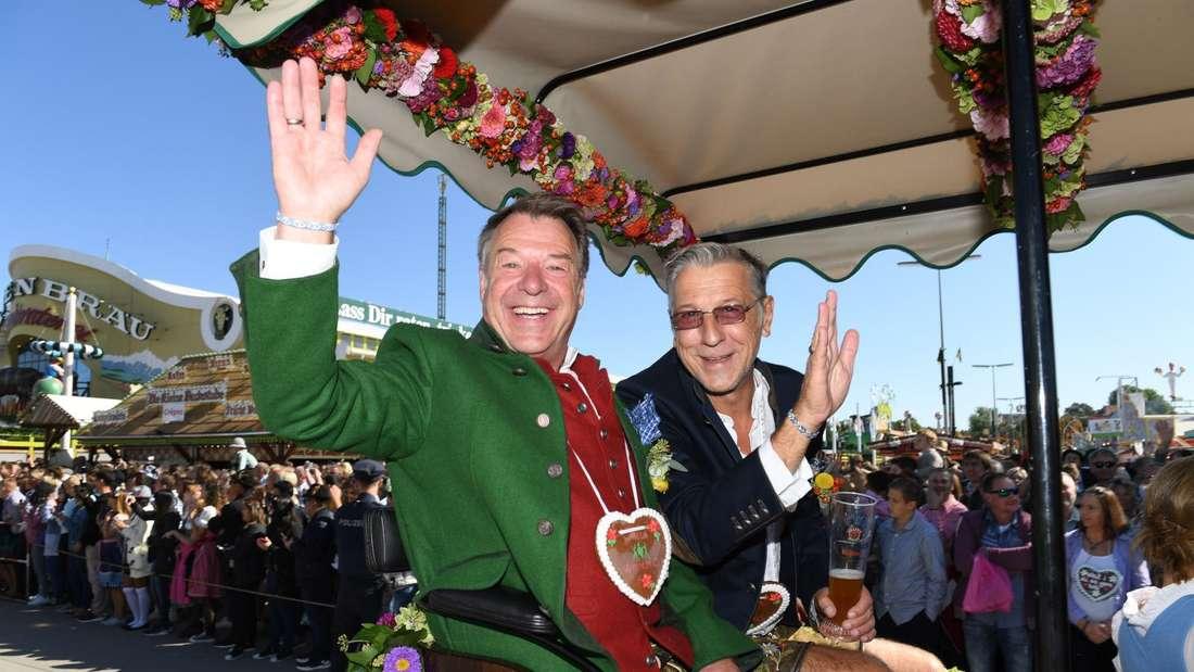 Patrick Lindner und Michael Link fahren auf in einer Kutsche auf dem Oktoberfest